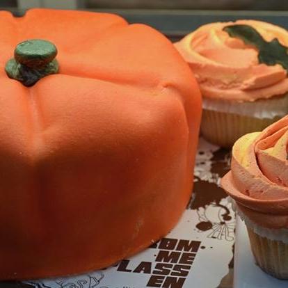 SESONGKAKER Farsdag, morsdag, Valentines Day, fastelavn, påske, 17. mai, pinse, sommer, høst, halloween og ikke minst til jul lager vi sesongkaker. Vi selger sesongvarer i kafeene, men bestill gjerne i forkant. Har du en spesiell anledning vi skal lage kake til?