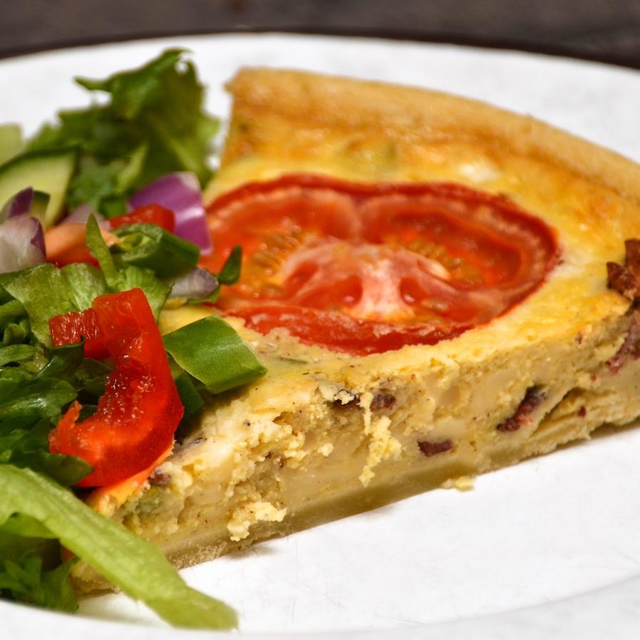 BACON- OG OSTEPAI Hvetemel, bacon, smør, norvegia, parmesan, egg, fløte, tomat, purre, pepper. Serveres med en liten salat til. 126,- (ta med 115,-)