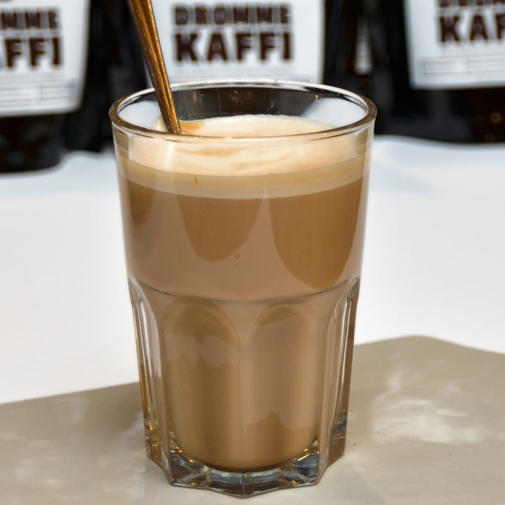 KAFFELATTE    Enkel eller dobbel shot espresso og steamet melk.     Enkel 45,- (ta med 41,-) Dobbel 53,- (ta med 49,-)