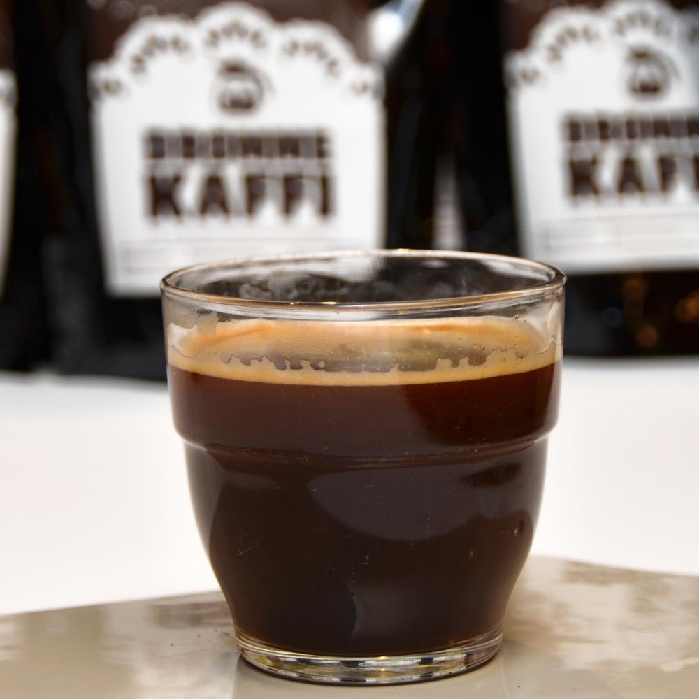 AMERICANO    Enkel eller dobbel shot espresso og like mye varmt vann.     Enkel 40,- (ta med 35,-) Dobbel 48,- (ta med 43,-)