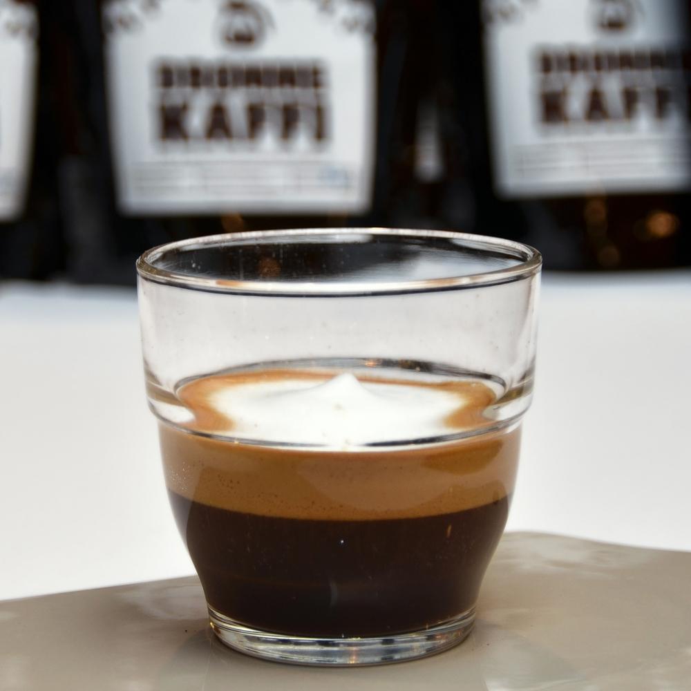 MACHIATO    Enkel eller dobbel shot espresso. Toppes med melkeskum.     Enkel 29,- (ta med 27,-) Dobbel 37,- (ta med 35,-)