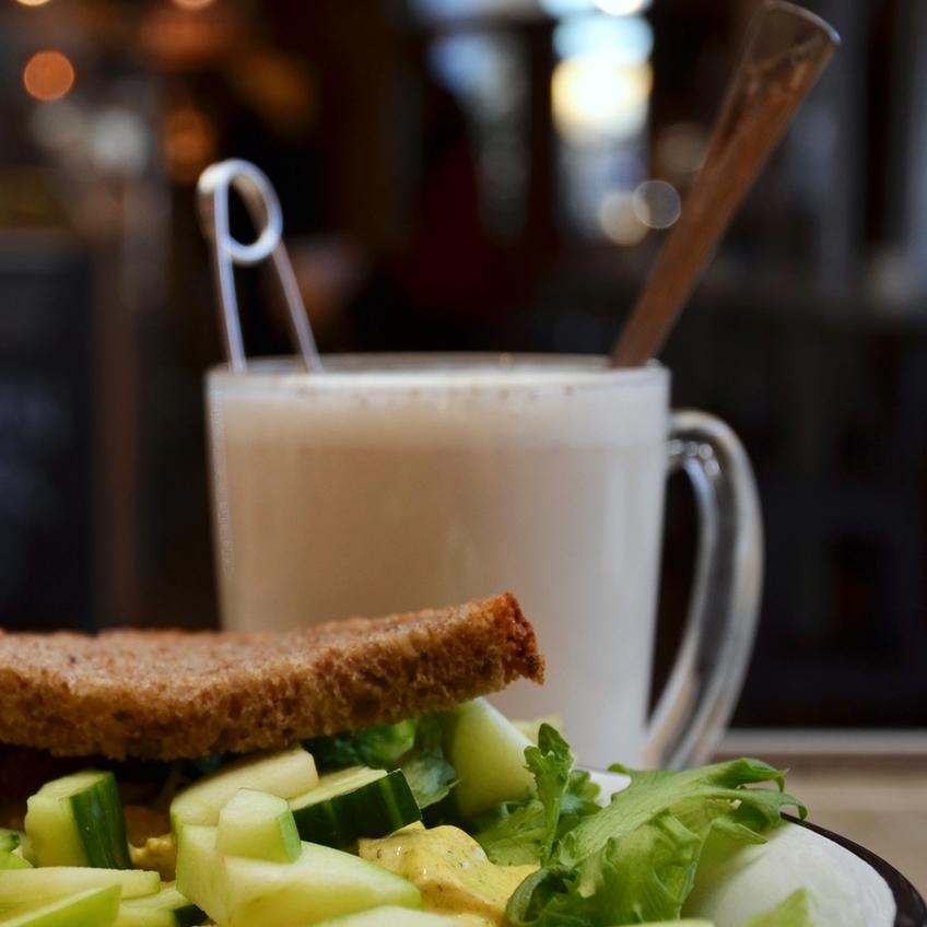CHAI LATTE    Varmt vann, chai te og steamet melk.     39,- (ta med 35,-)