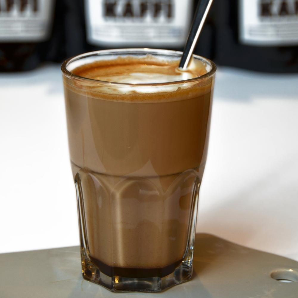 MOCCA    En eller to shot espresso, sjokolade og steamet melk. Lages også med chili og mint.     Enkel 49,- (ta med 45,-) Dobbel 57,- (ta med 53,-)      Chilimocca og Mintmocca Enkel 59,- (54,-) Dobbel 67,- (62,-)