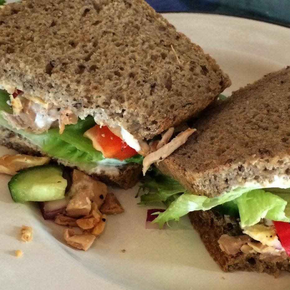 KYLLINGSANDWICH    Lenas brød, smør, kylling, salat, sukkererter, paprika, rødløk, agurk.     95,- (ta med 87,-) 1/2 sandwich 65,- (ta med 59,-)