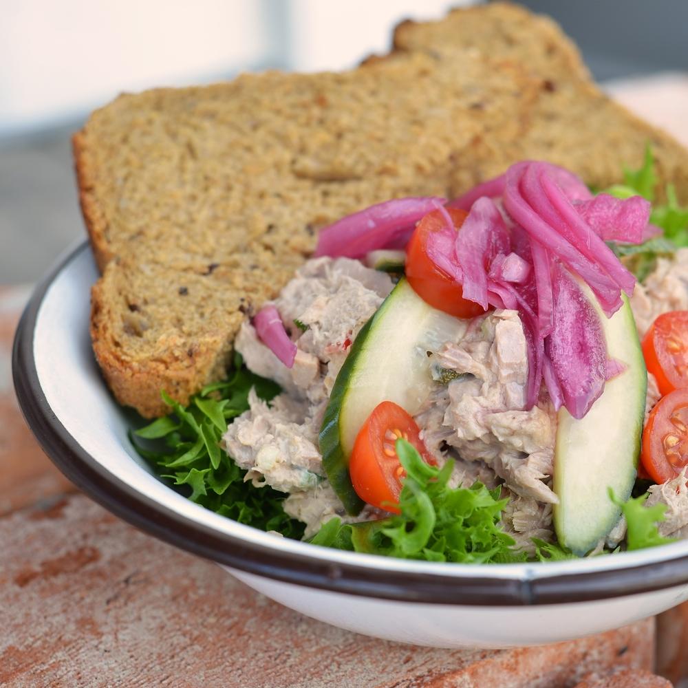TUNFISKSALAT Salat med hjemmelagd tunfiskblanding. Serveres med Lenas brød. kr 110,- Inneholder: egg, melk