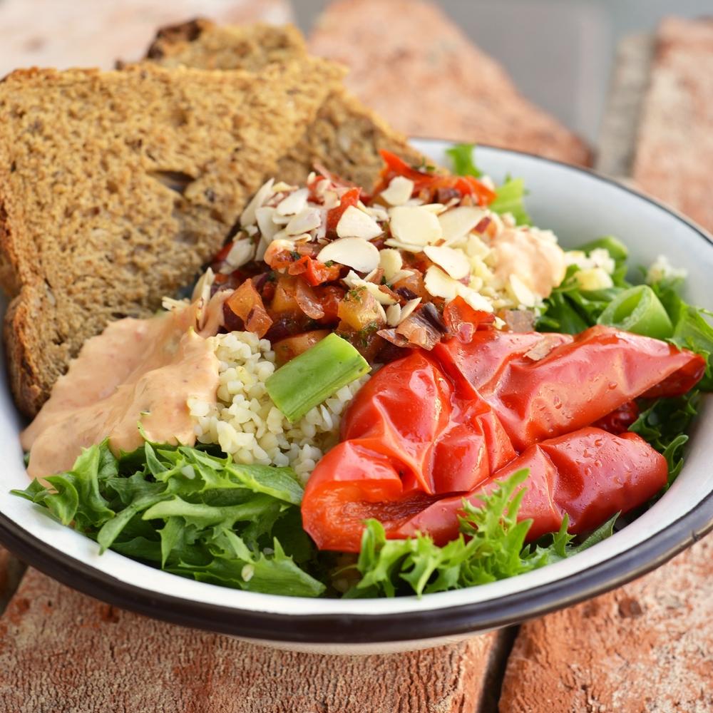 VEGETARSALAT Salat, quinoa, grønnsaker og paparikadressing. Serveres med Lenas brød. kr 110,- Inneholder: egg