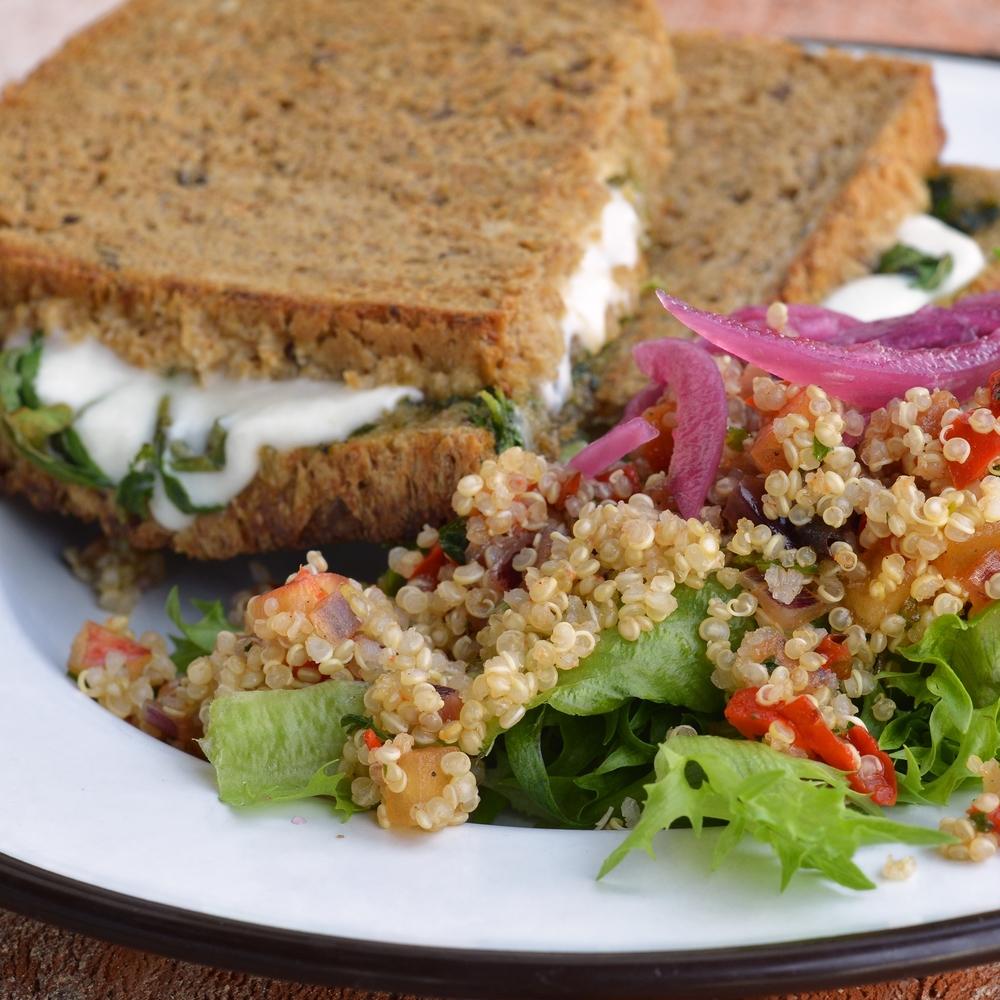 MOZZARELLA (VARM) Serveres med en liten salat. kr 109,- Inneholder: melk, egg