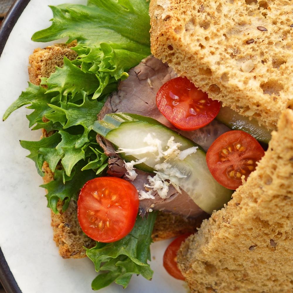 ROASTBIFF SANDWICH Salat, roastbeef, sprøstekt løk, hjemmelagd remoulade, hjemmesyltet agurk og pepperrot kr 99,- Inneholder: egg, selleri, hvete, rug, bygg
