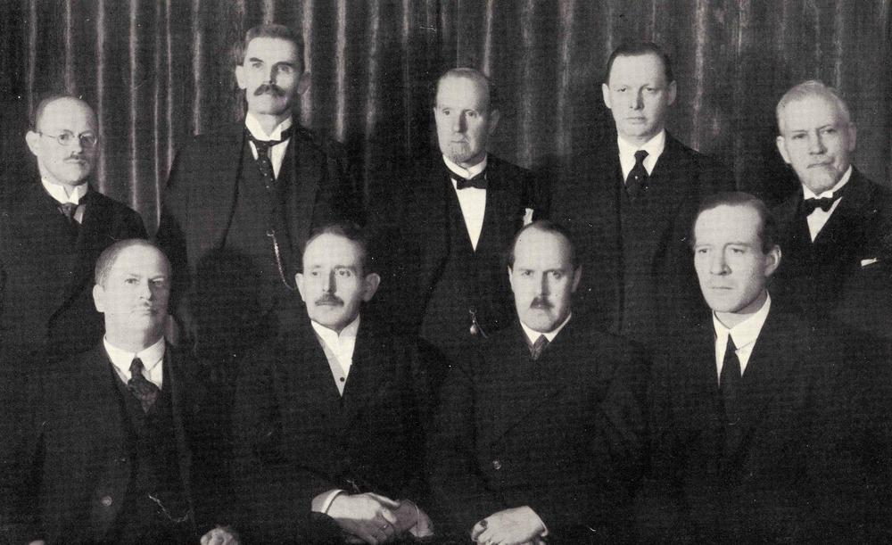 Styrelsen 1929: Stående fr v Lundblad, Roman, Hamner, Nordström, Ljungdahl; sittande fr v Peyron, Tullgren, Trägårdh, Ahlberg.