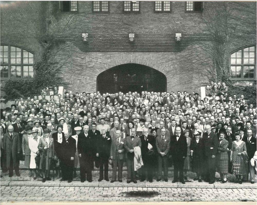 Internationella entomologkongressen i Stockholm 1948, utanför Östra Real.