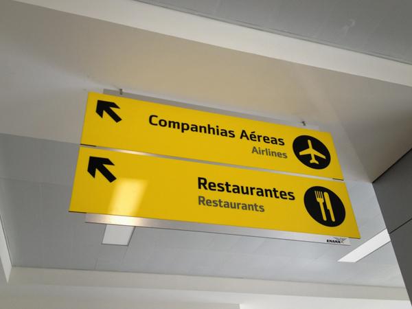 Reformulação, desenho e montagem de sinalética do Aeroporto Internacional 4 de Fevereiro, Luanda.