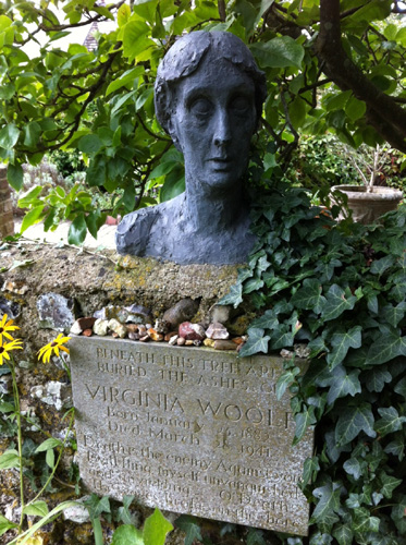 close reading on virginia woolfs mrs This paper investigates readers' experience of virginia woolf's mrs dalloway,  focusing on the themes of death and finitude in close comparative reading, we  first.