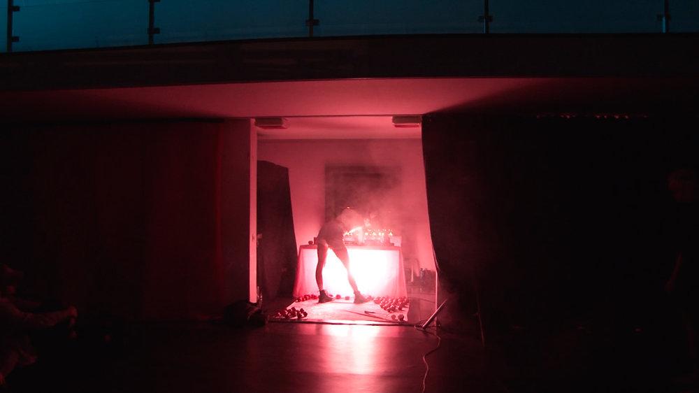 Gjorde ett tre veckor långt sceniskt projekt med Marcus Öhrn i Gießen. Producerade en typ av noise-/text- installation vid ett altare inspirerat av Lolita-figuren.