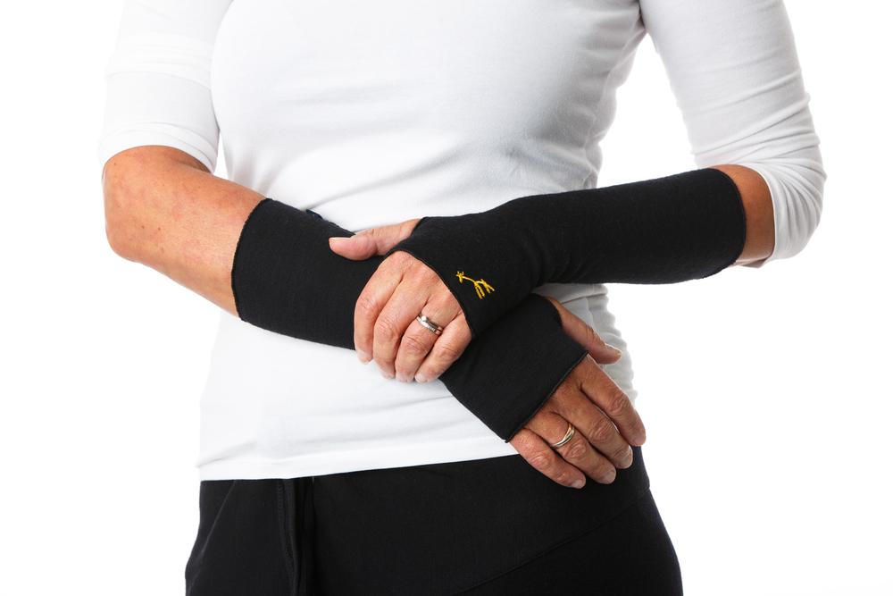 GIRAF WRIST WARMER   En arm-handledsvärmare i merinoulltrikå. Den isolerar kroppsvärmen vilket håller handleder och underarmar varma. Passar bra när du vill värma händerna men ändå behålla fingerfärdigheten eller när du vill ha ett extra lager under jacka och vantar. Ex. vid utomhusaktivitet eller datorarbete. Klicka för att läsa mer.
