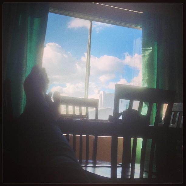 Loungin… 💭🎶 #sorelaxed #nothinbeatsacomfycouch #daydreaminduringtheday #aptlife #atribecalledquest