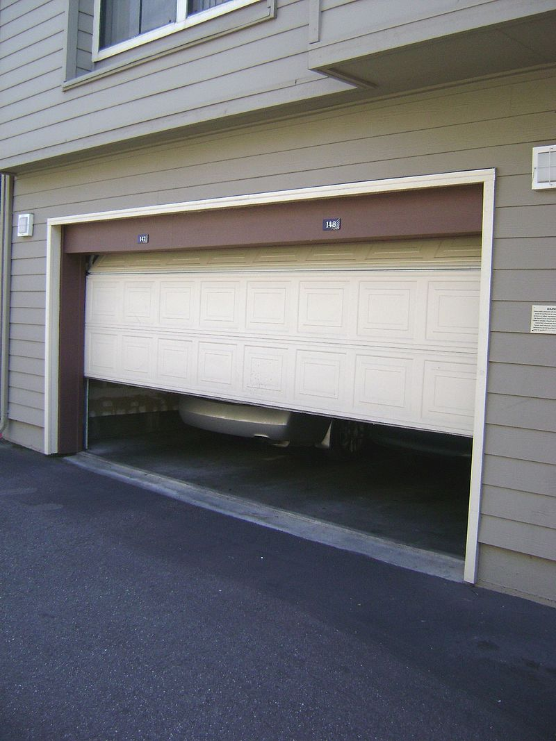 800px-Garage_door_sliding_up.jpg