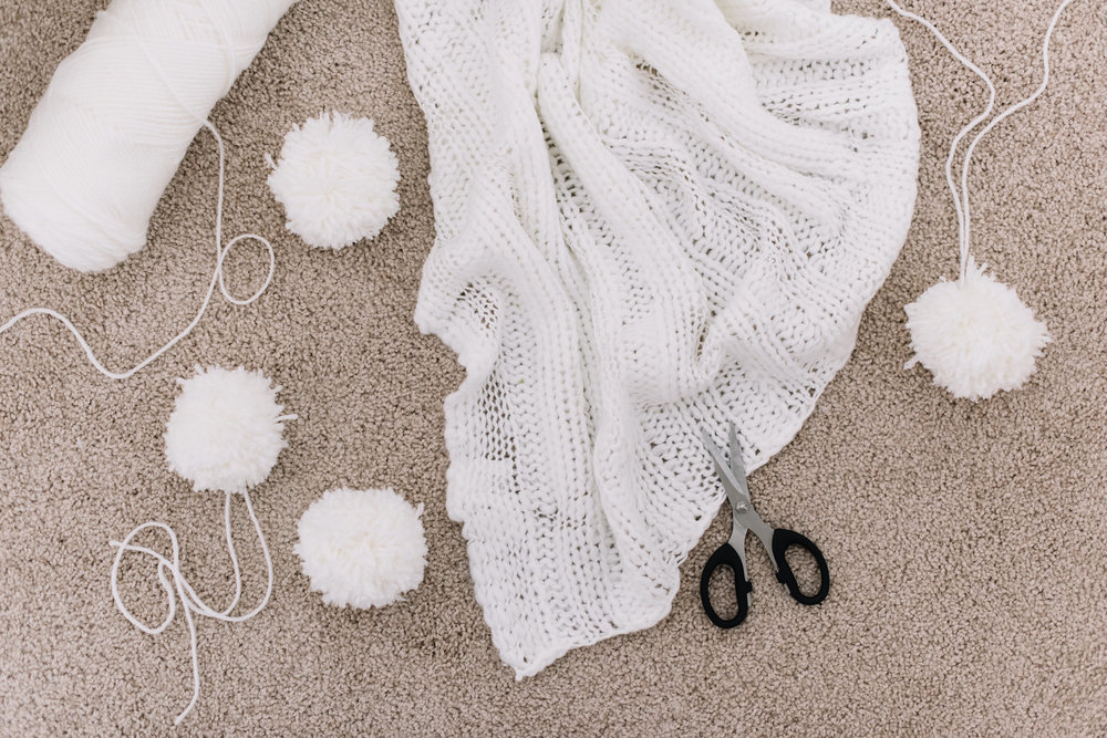 pom pom blanket DIY, DIY gift idea
