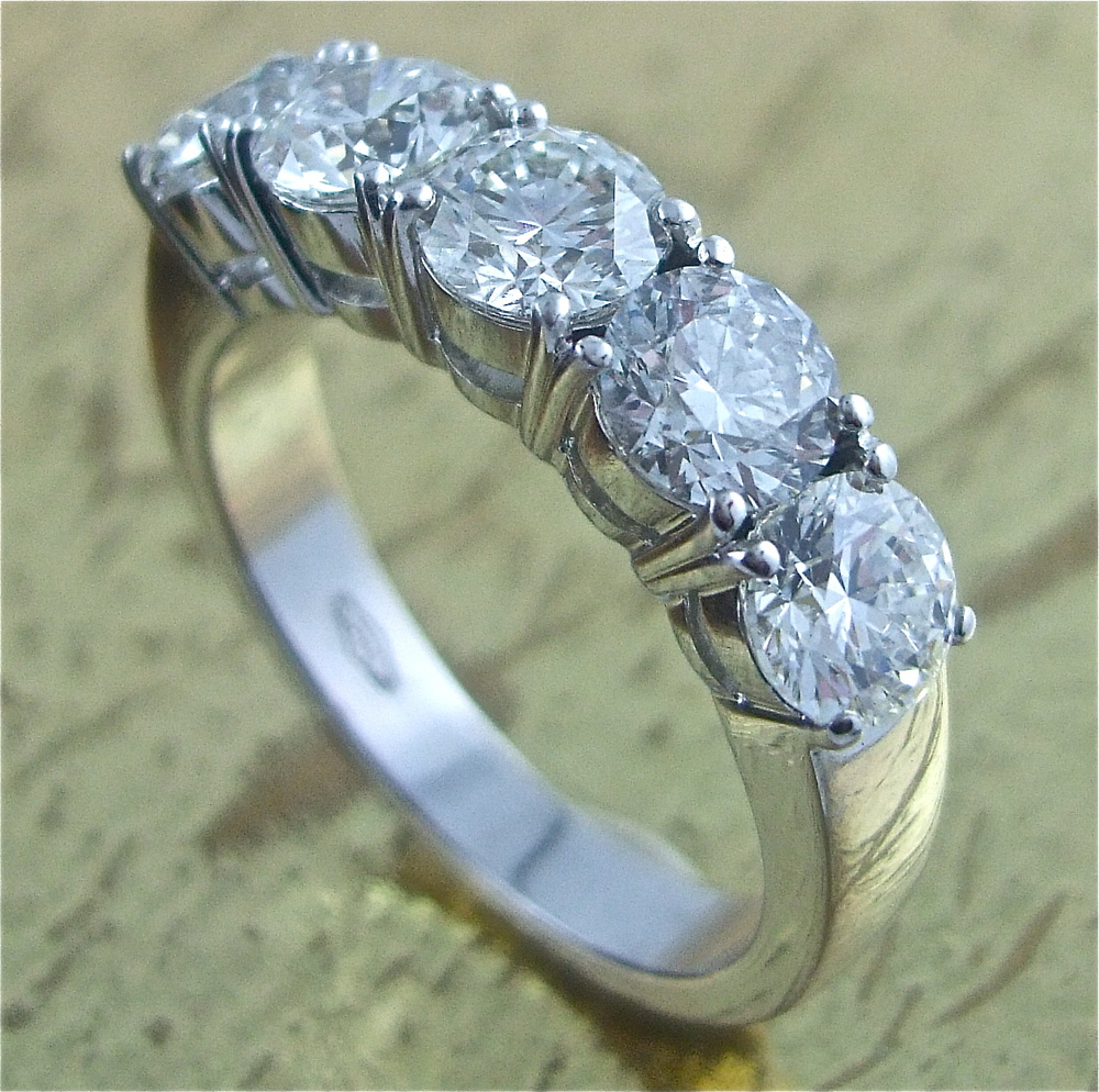 Wedding Band 5 Diamonds - Item No: 0013443