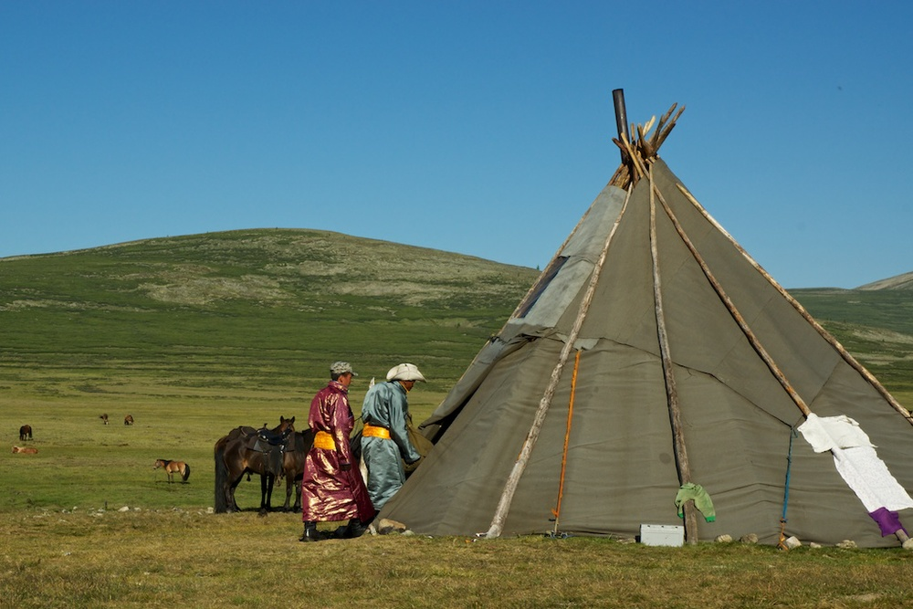 Qizilbal and his relatives enter the teepee of his future in laws.