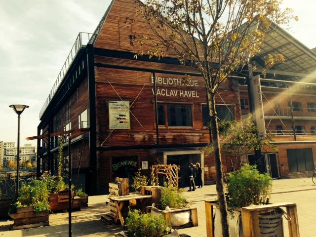 Die Bibliothek ist Teil eines Urbanisierungs-Projektes.