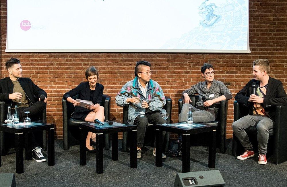 """Simon Krätschmer (Rocket Beans TV), Anna Hoff (Moderatorin), Rapper Blumio, ich und Tim Gailus (""""Timster"""") . Foto:Gerd Metzner"""