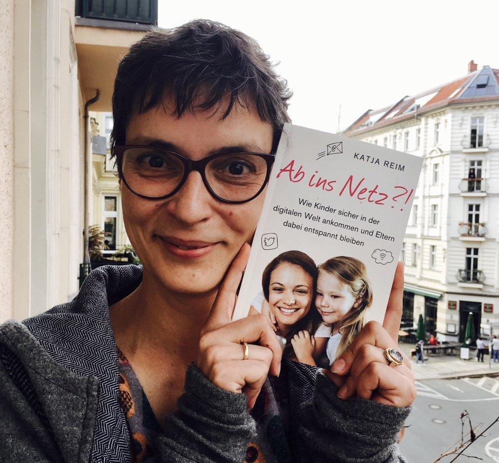 """""""Ab ins Netz?!"""" ist im  Kösel-Verlag  erschienen und ab Morgen in den Buchläden."""