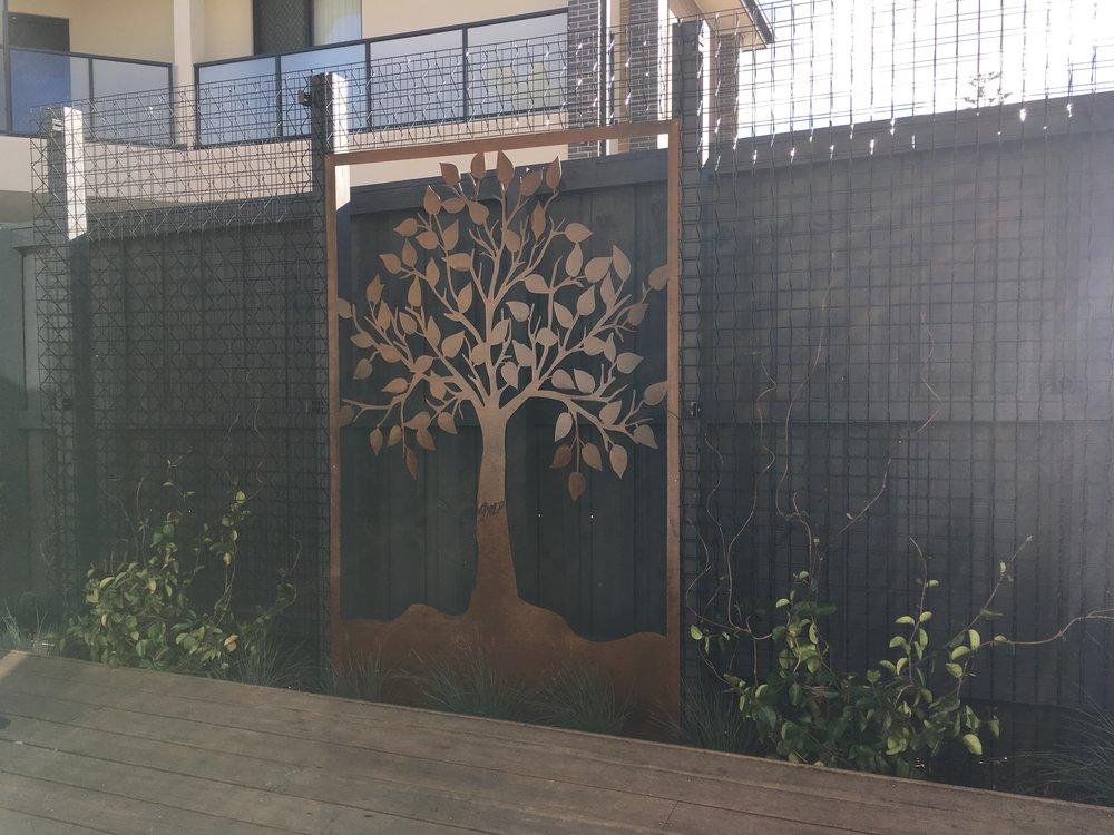 Seaford Courtyard. Entanglements Feature Screen. Archbar 3D Trellis. Merbau Decking. Trachelospermum jasminoides 'Star Jasmine'