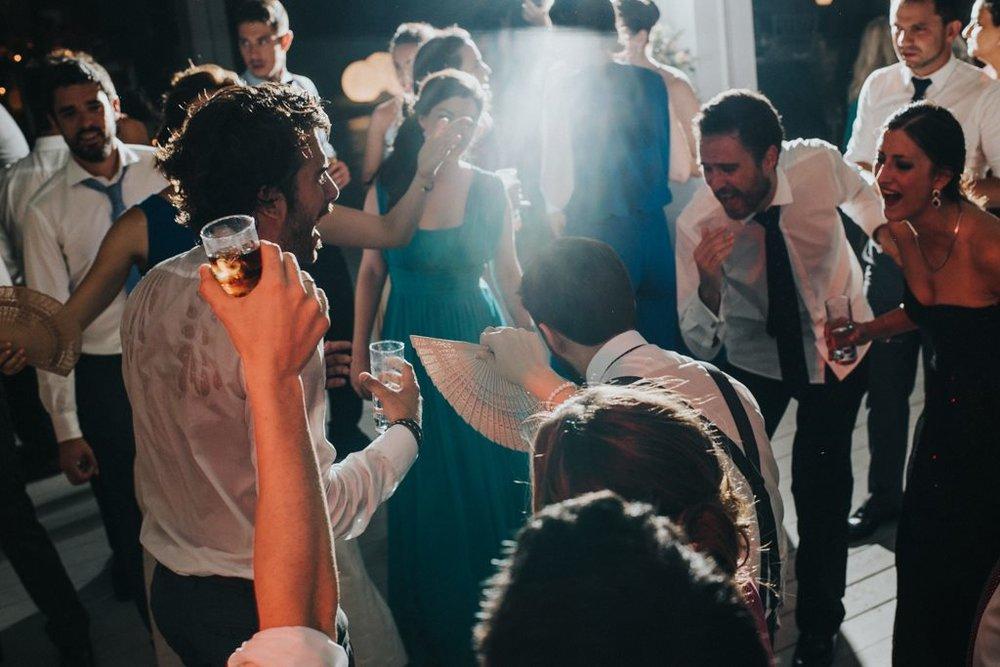 Ο φωτογράφος μαςπιάνει αυτήν την φανταστική στιγμή στο γαμήλιο πάρτυ της Έμμυ...