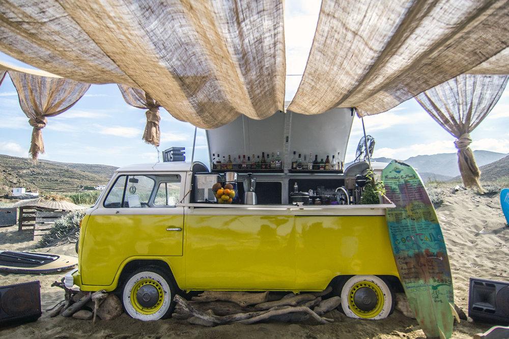 Το beach bar Tinos surf lessons για ολοήμερο πάρτυ.
