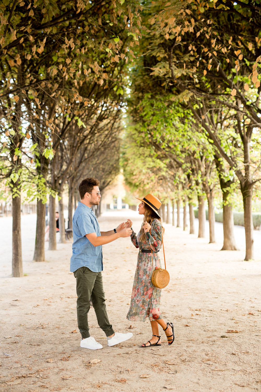 what-to-wear-for-a-casual-couple-photo-session-in-paris_003.jpg