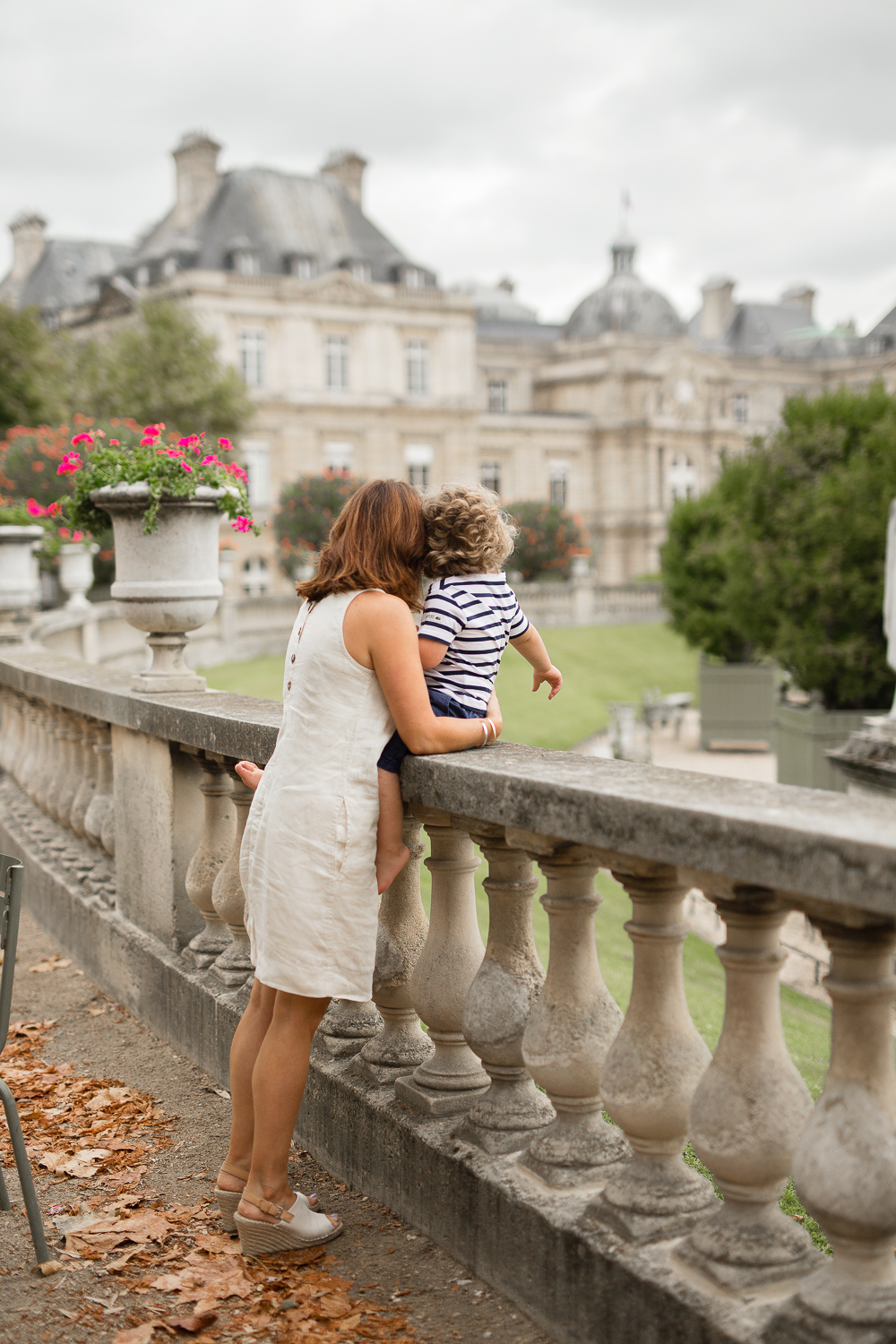 what-to-do-with-kids-in-paris-photo-session-mother-son-jardin-du-luxembourg_001.jpg