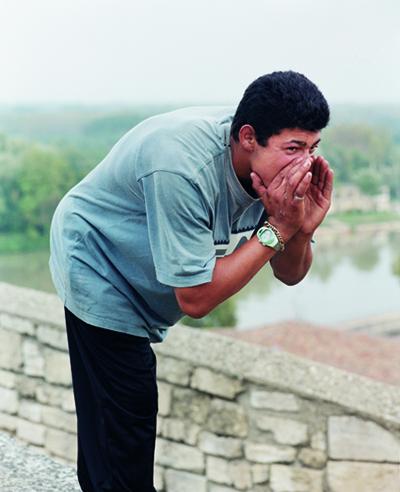 jonathan, avignon, 2001. série les hurleurs, 2001-2004. centre pompidou, paris. musée national d'art moderne / centre de création industrielle (achat en 2006) © mathieu pernot