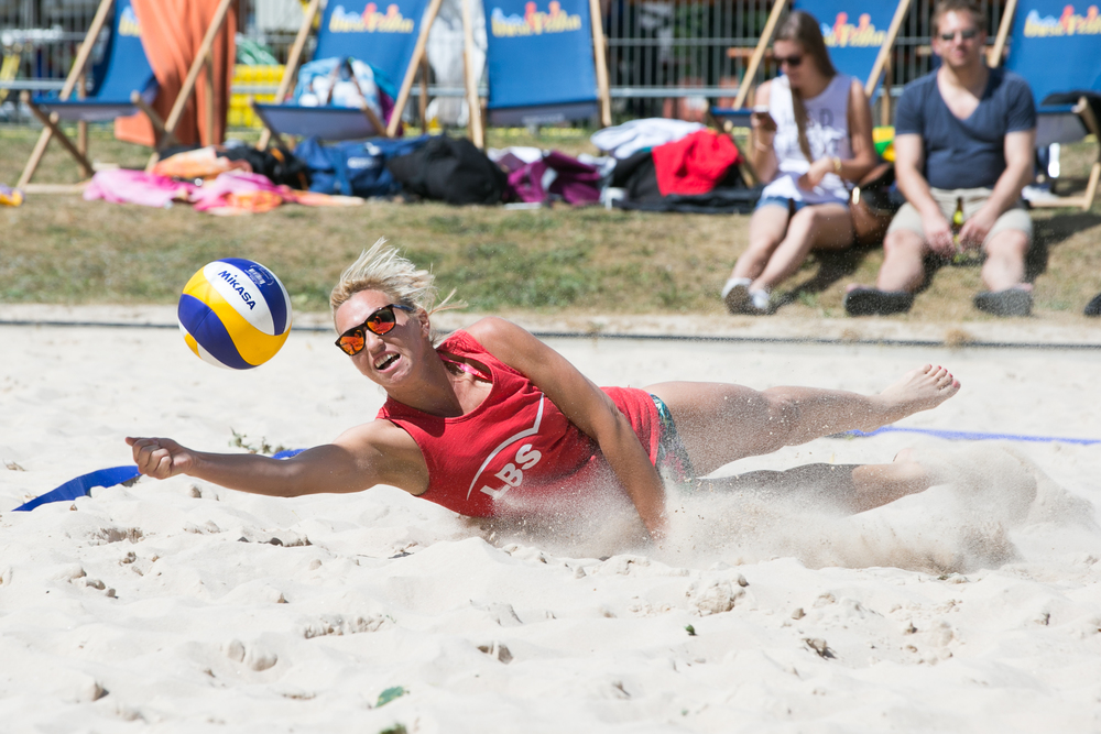 Gundi Schirmer diving while a Beachvolleyball tournament in Stuttgart