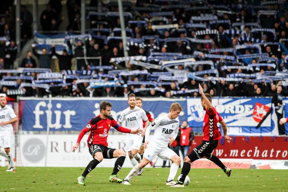 Daniel Haegele (SGG), Sebastian Ernst (FCM) und Jeremias Lorch (SGG); Fussball 3. Liga: SG Sonnenhof Grossaspach vs 1. FC Magdeburg, Mechatronik Arena, Grossaspach Germany, 20161119; Foto: Wuechner/Eibner Pressefoto