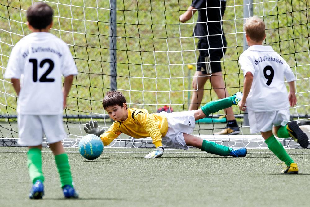Jugendspieler des SSV Zuffenhausen haelt den Ball; 18. Klinsmann-Cup Stuttgart, Sportplatz ASV Botnang, Stuttgart Botnang Germany, 20160703; Foto: Wuechner/Eibner Pressefoto