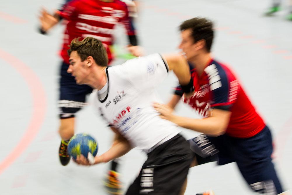 Jona Schoch (TVN) wird gehalten; 2. Handball Bundesliga: SG BBM Bietigheim vs TV Neuhausen, Halle am Viadukt, Bietigheim-Bissingen Germany, 20161014; Foto: Wuechner/Eibner Pressefoto