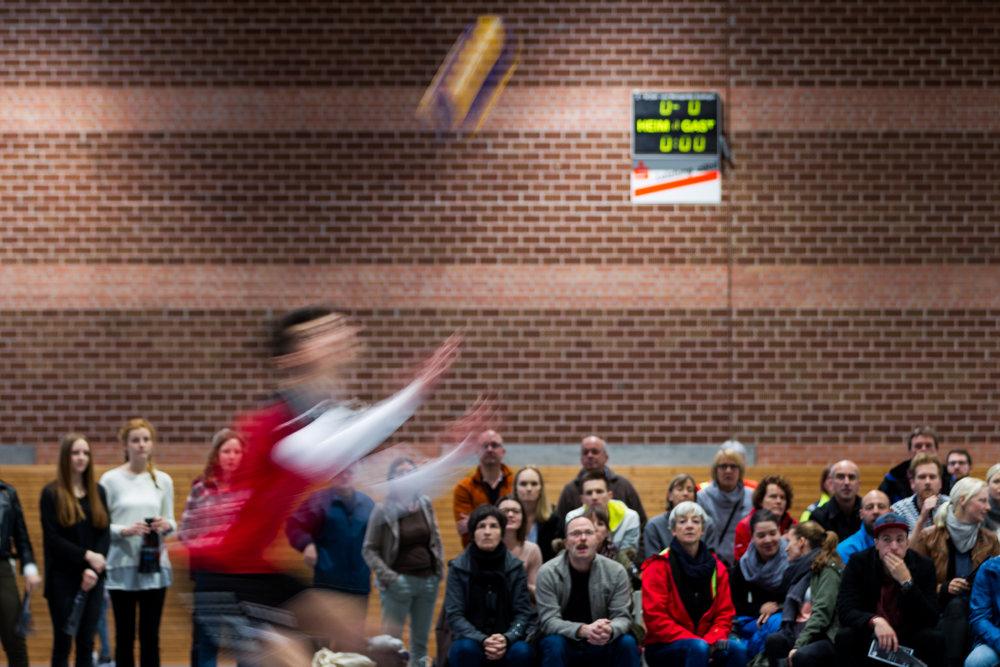Aufschag Niklas Henseling (6 SV 1845 Esslingen); Volleyball Oberliga Relegation Wuerttemberg 2016; Teams SV 1845 Esslingen, TG Nuertingen, SG TTV Dettingen/TV Unterboihingen; Foto: Wuechner/Eibner Pressefoto
