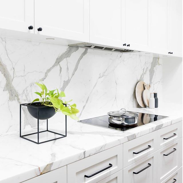 Kitchen Inspiration | Beautiful marble backsplash & countertops, paired with white shaker cabinets and black accents in the hardware. Classic and simply stunning. Design by Biasol Design Studio @biasoldesign | #kitcheninspiration #classic #marble #kitchendesign #interiordesign #whitekitchen #marblebacksplash #black&white #yvr #motto