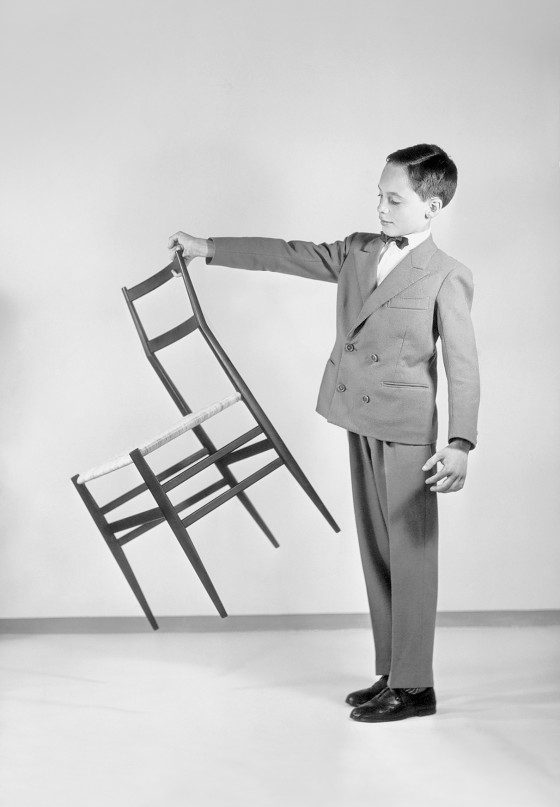 Another of Cassina's original photographs to emphasise the extreme lightness of Ponti's 'Superleggera' chair.