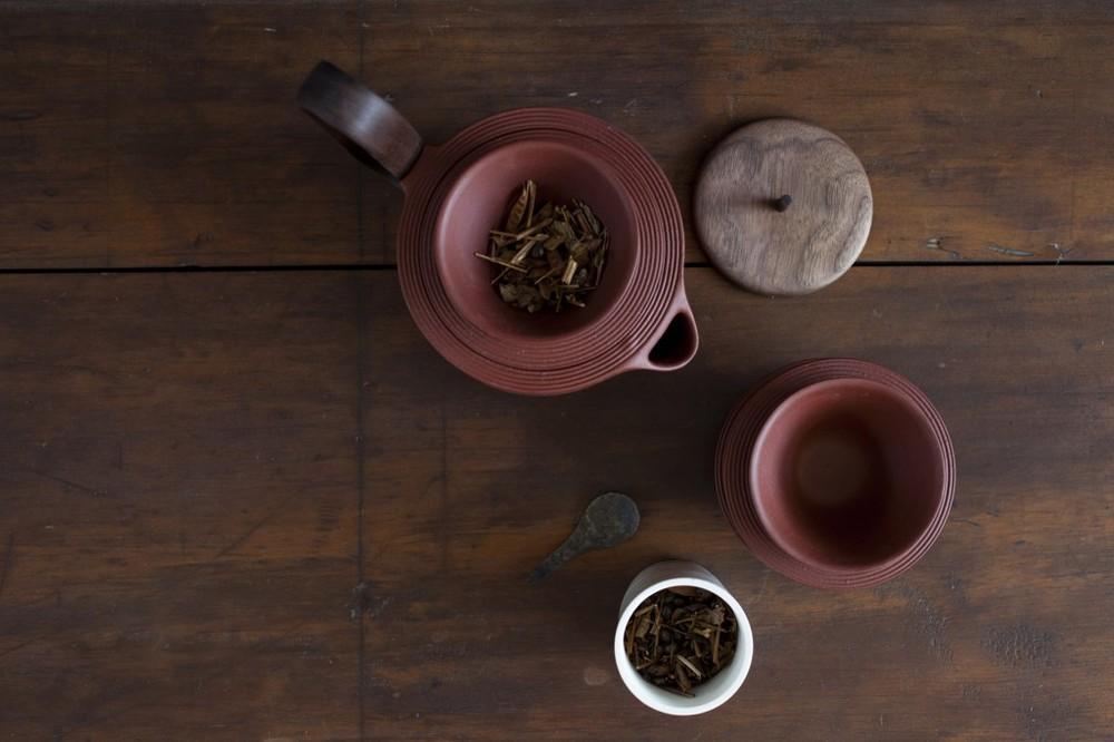 The 'Aureola' tea set from overhead.