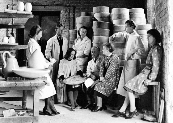 Rut Bryk (far right) with other designers at the Arabia ceramics company 1945. From the left are Aune Siimes, Michael Schilkin, Toini Muona, Friedl Holzer-Kjellberg, Kurt Ekholm, Lea von Mickwitz, Birger Kaipiainen.
