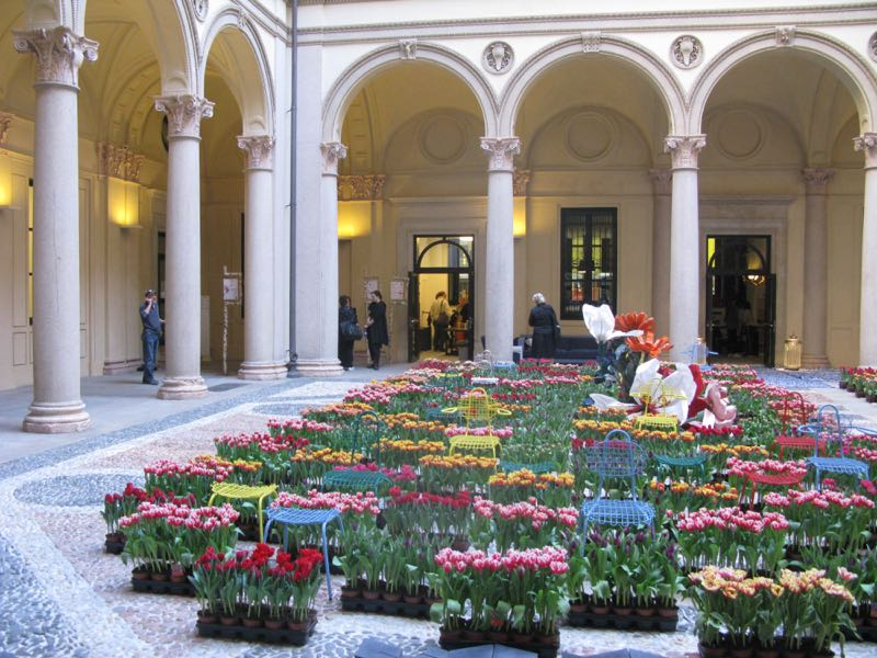 Masterly at Palazzo Turati in the 5vie district. 15,000 tulip plants were installed in the courtyard for the event.