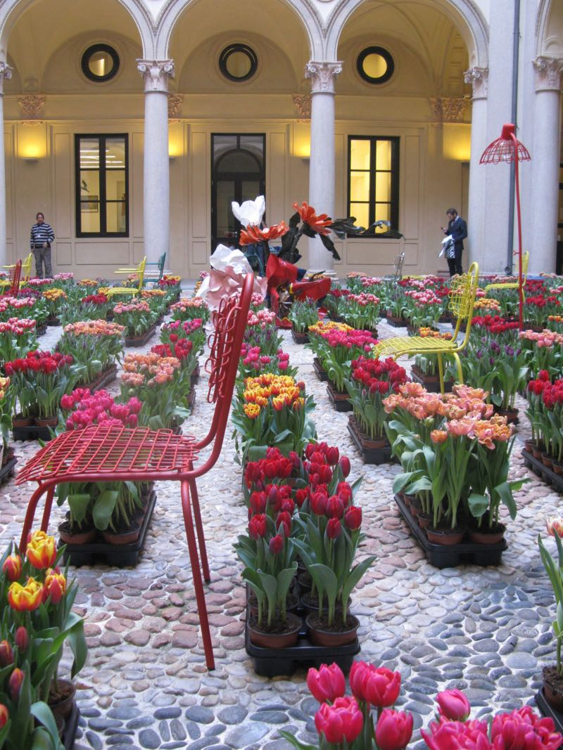 Masterly  the Dutch show held within the wonderful Palazzo Turatti. The courtyard was filled with with 15,000 tulips. The furniture is by Bo Reudler for JSPR.