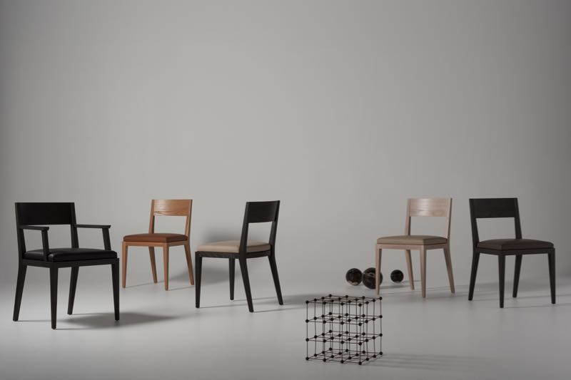 The M-chair with arms (left) and  without arms, shown  in various finishes (natural oak, black stained oak and limed oak).