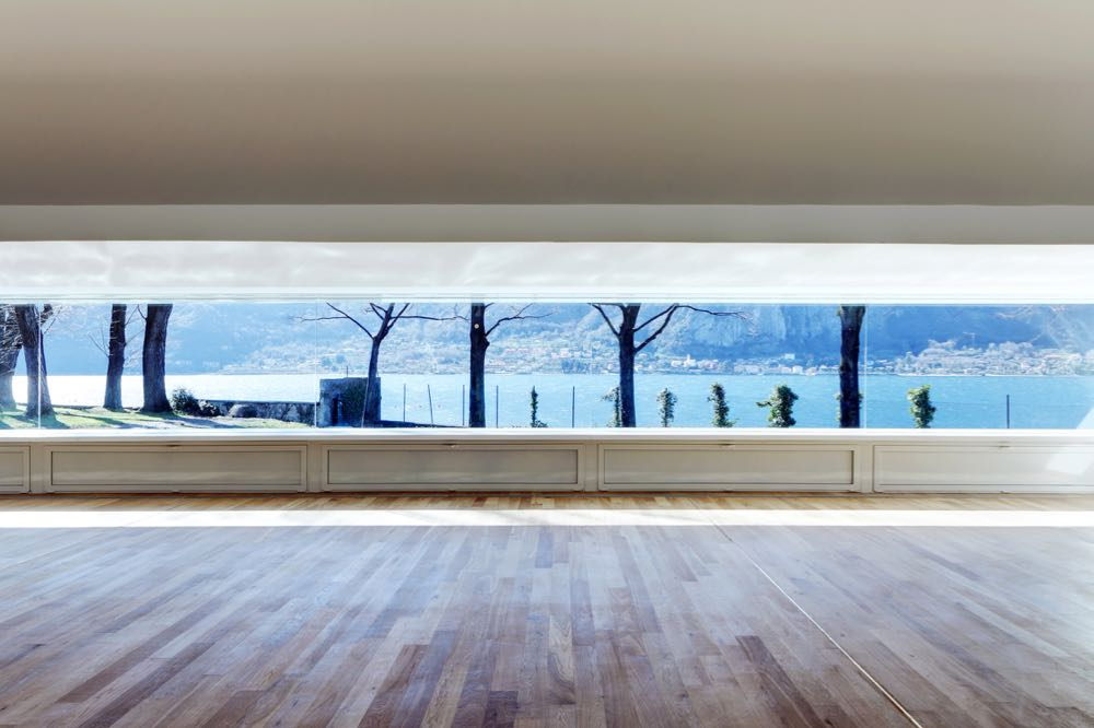 The view of the lake from inside the pavilion through the long uninterrupted glass window. The panels below the windows can be opened to provide necessary  v  entilation . Photograph by Marcello Mariana.