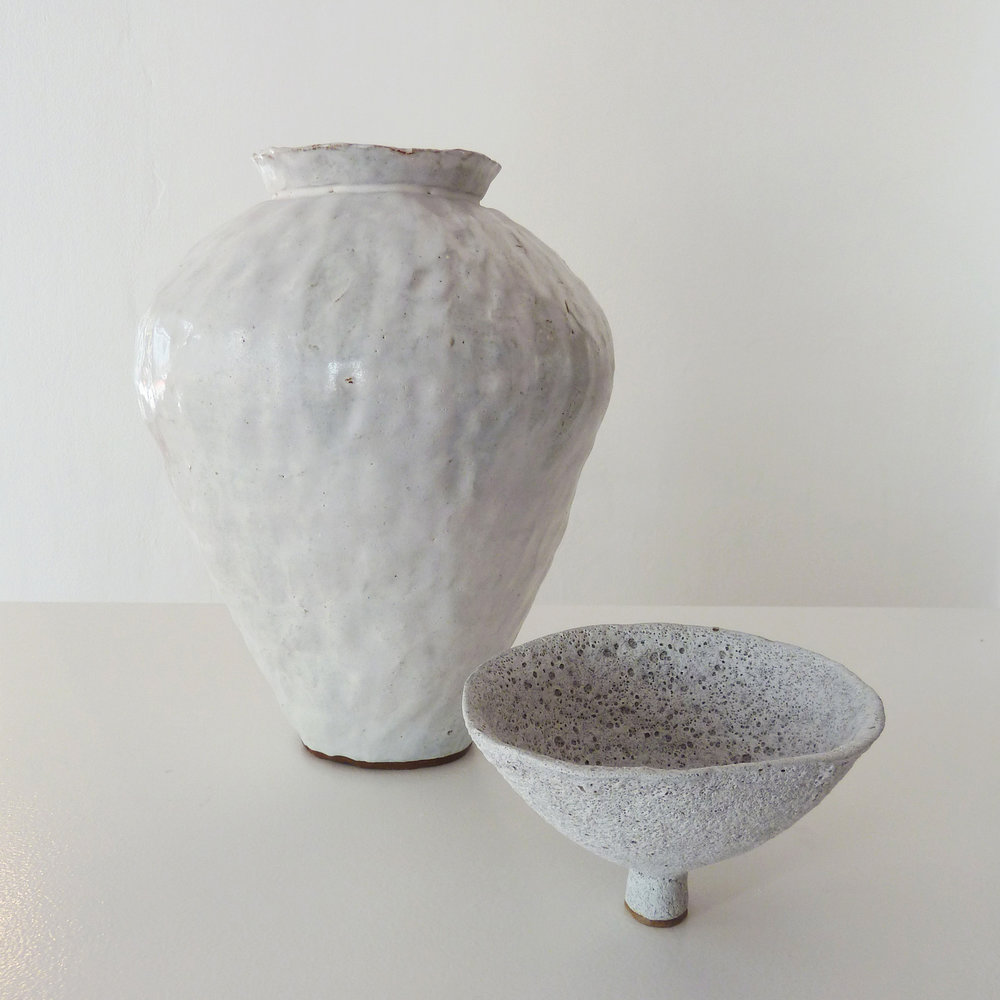 Alana Wilson footed bowl and vase. Image courtesy of Sabbia Gallery.