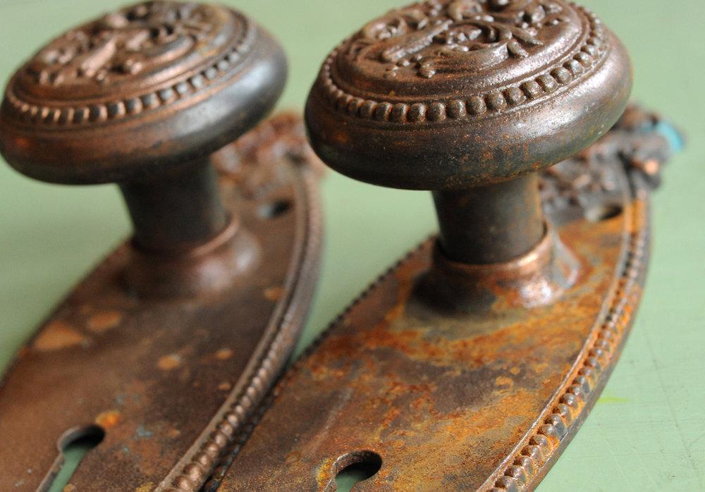 H20003-floral-iron-knob-set-knob-edge-detail.jpg