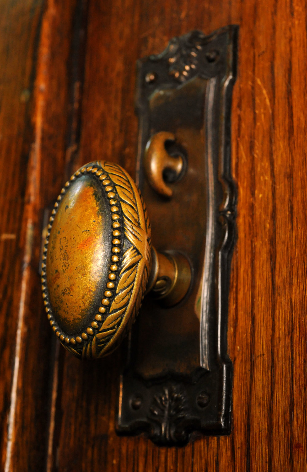H20125-cast-bronze-knob-set-on-door.jpg