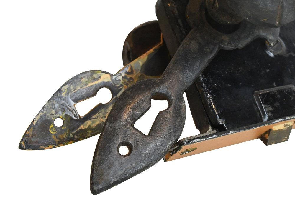 H20156-cast-iron-fleur-de-lis-plate-set-detail-2.jpg