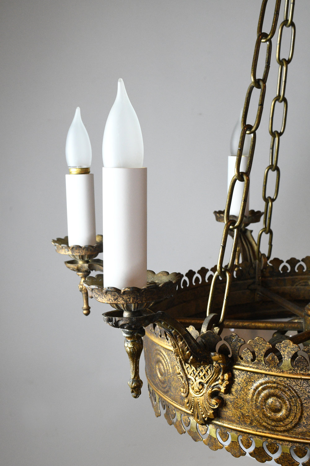 47529-6-candle-tudor-brass-chand-with-bent-glass-detail-2.jpg